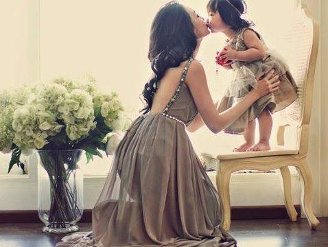 Family portrait: сочетающиеся наряды мамы и дочки