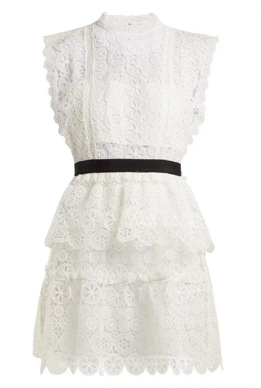 Белое кружевное мини-платье с черным поясом
