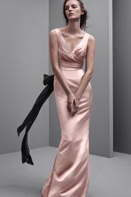 Нежно-розовое платье с черными лентами