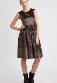 Коричневое бархатное платье