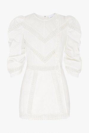Белое мини-платье с акцентными рукавами